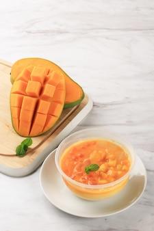 Una ciotola di sagoo mango (mango lolo), hongkong mango dessert a base di succo di mango, gelatina e sago/tapioca pearl. servito freddo.