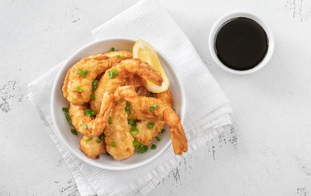Ciotola di tempura di gamberi con salsa di soia