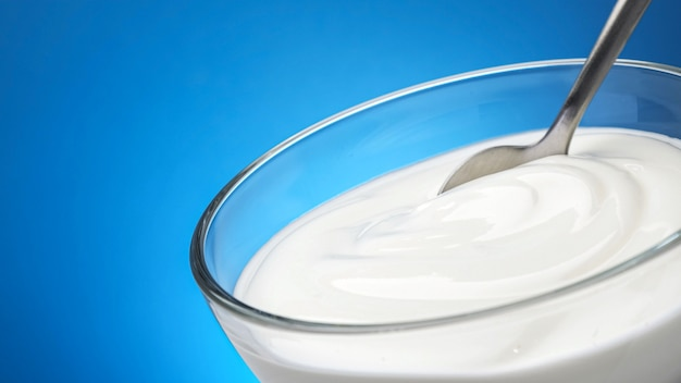 Ciotola di panna acida con copia spazio, yogurt greco con cucchiaio