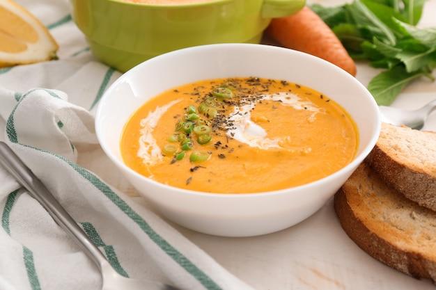 Ciotola di zuppa di crema gustosa sul tavolo