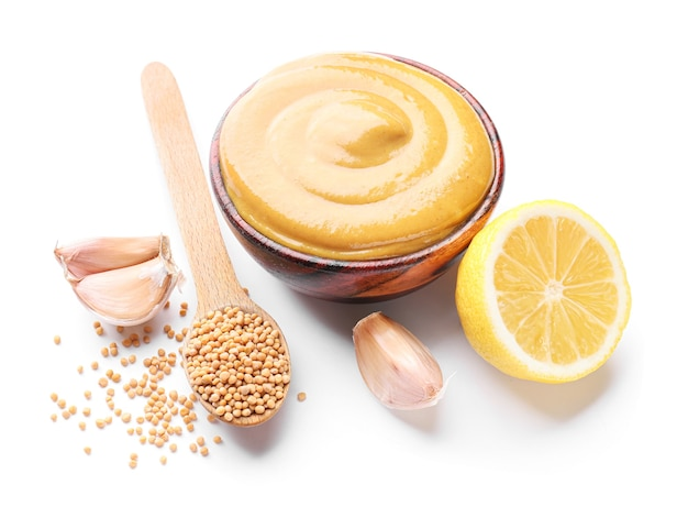 Ciotola di gustosa salsa di senape al miele su bianco