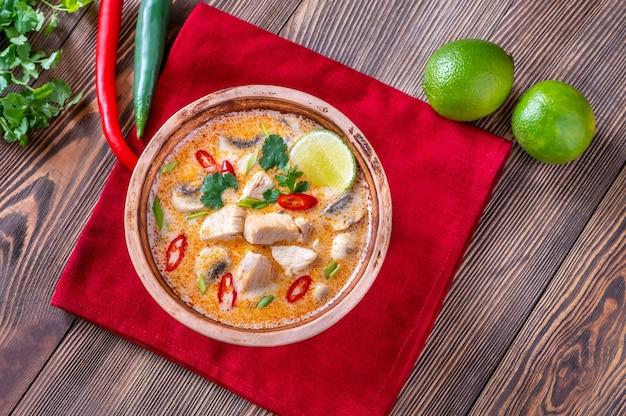 Ciotola di tom kha kai - zuppa di cocco e pollo tailandese