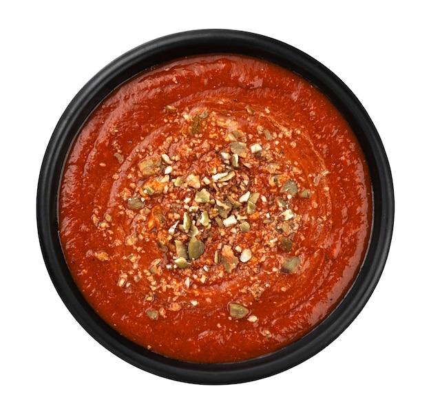 Ciotola di zuppa di pomodoro in banda nera isolata su sfondo bianco, vista dall'alto