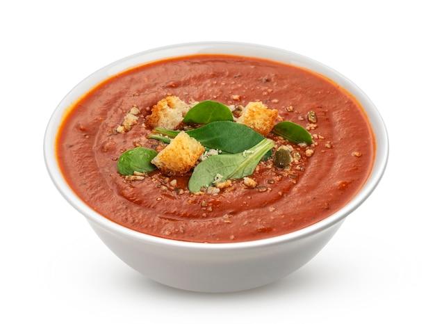 Ciotola di zuppa di pomodoro isolata su sfondo bianco