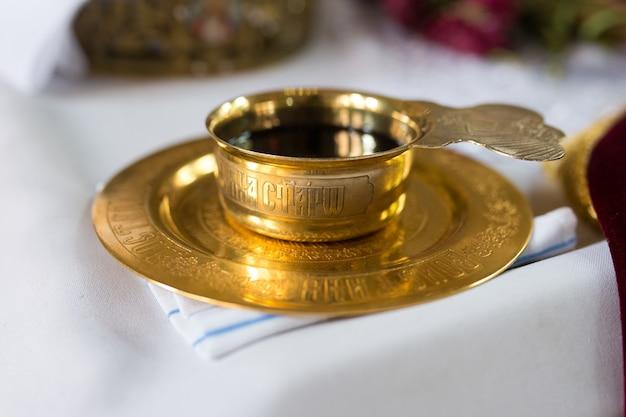 Una ciotola di vino per la comunione su un tavolo della chiesa