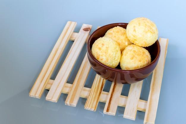 Ciotola con pane al formaggio su pallet di legno