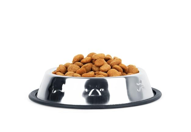 Ciotola con cibo secco per animali domestici su sfondo bianco