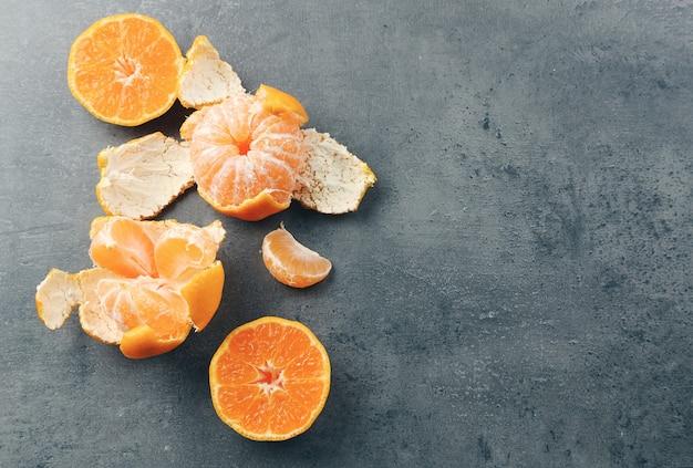 Ciotola con mandarini freschi sul tavolo di metallo scuro, primo piano
