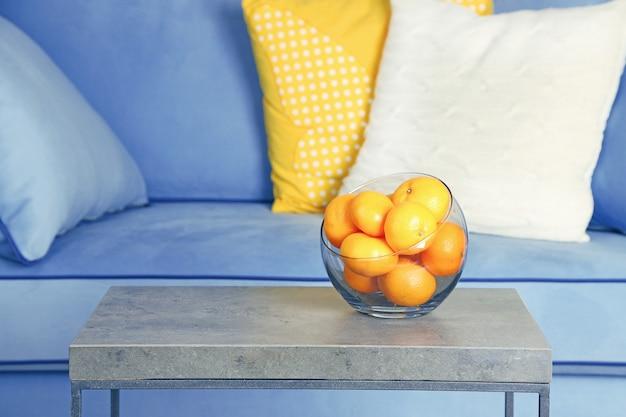 Ciotola con mandarini freschi sul tavolo in soggiorno, primo piano