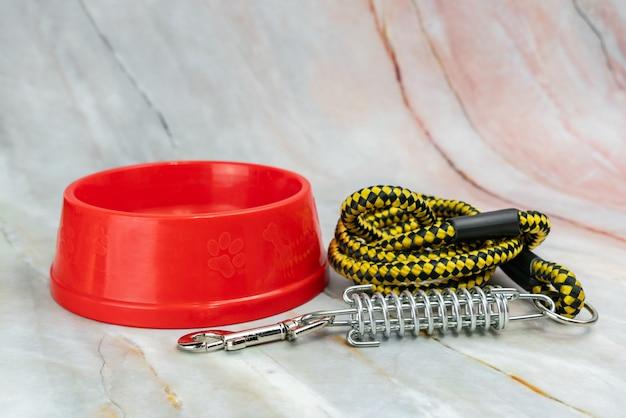 Ciotola con guinzagli per cane o gatto. concetto di accessori per animali domestici.