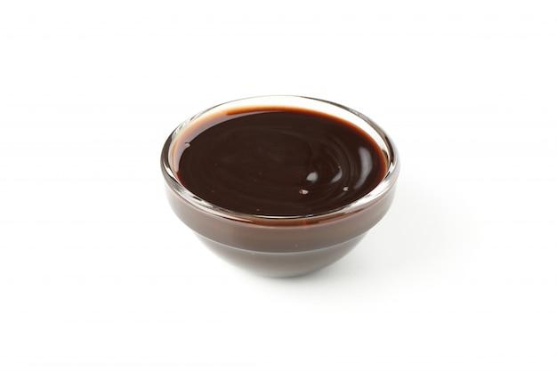 Ciotola con cioccolato fuso isolato su bianco
