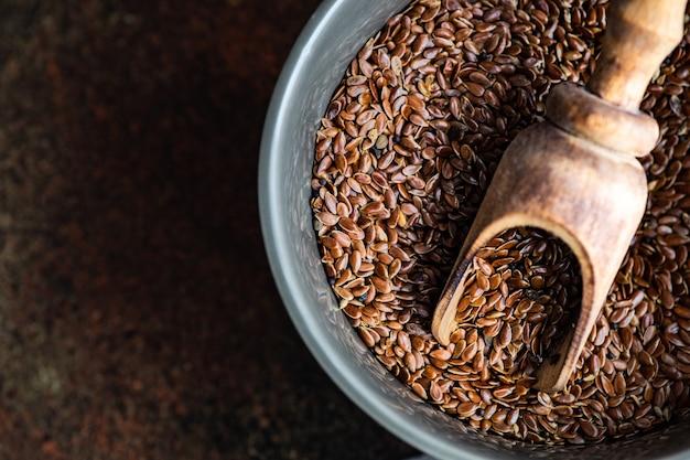 Ciotola con semi di lino biologici come un concetto di cucina sana