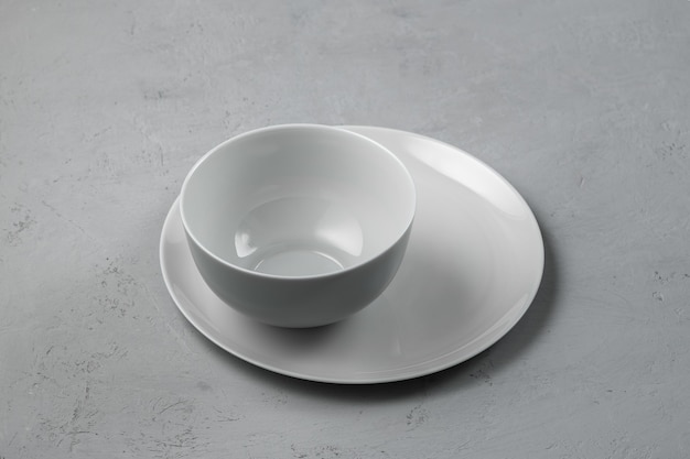 Ciotola con un piatto su uno sfondo grigio cemento