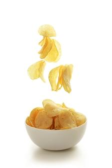 Ciotola con patatine fritte isolate su bianco