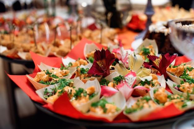 Ciotola con snack decorata con fiori. focalizzazione morbida. messa a fuoco selettiva.