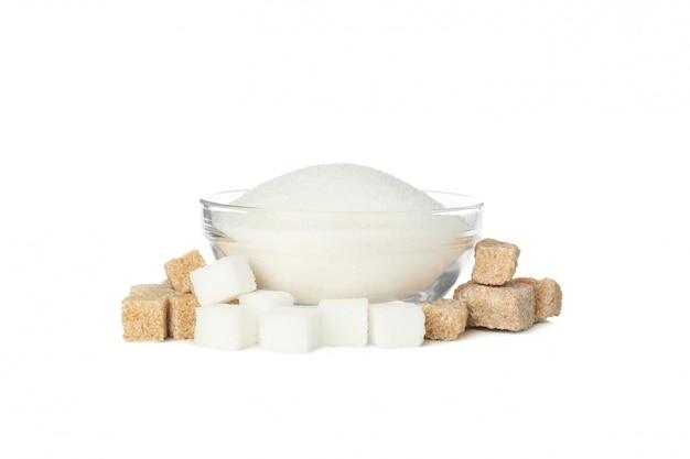 Ciotola con zucchero e zollette di zucchero isolati su sfondo bianco