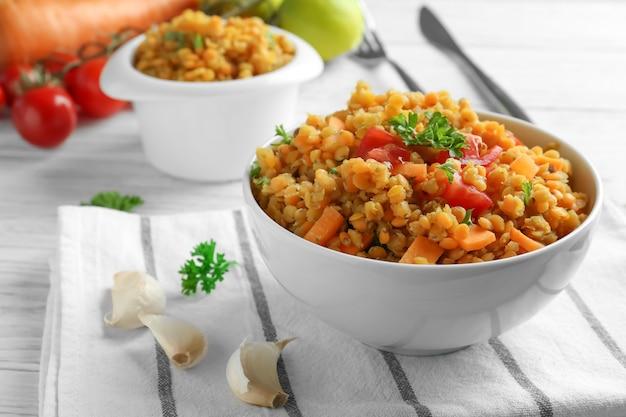 Ciotola con gustoso piatto di lenticchie sul tavolo