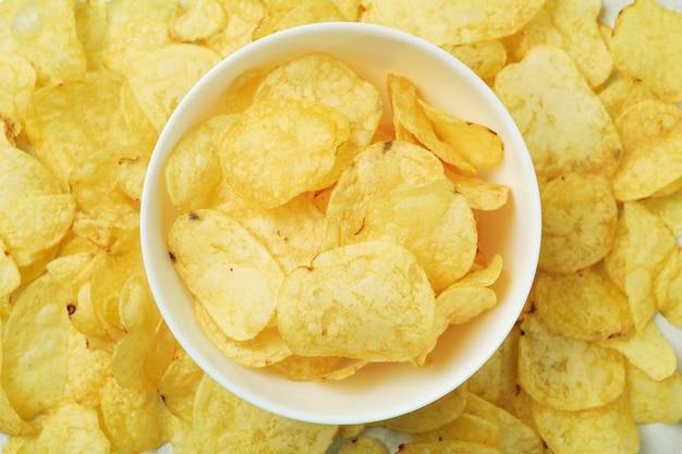 Ciotola con gustose patatine fritte, vista dall'alto