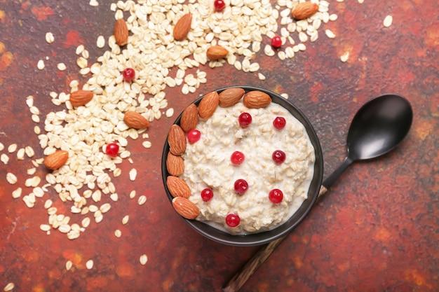 Ciotola con gustosa farina d'avena dolce sul colore