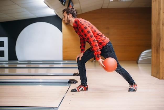 Il giocatore di bocce fa il tiro, vista del primo piano a portata di mano con la palla