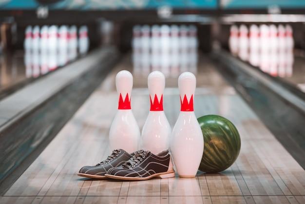 Bowling. vicolo, palla, spilli e scarpe