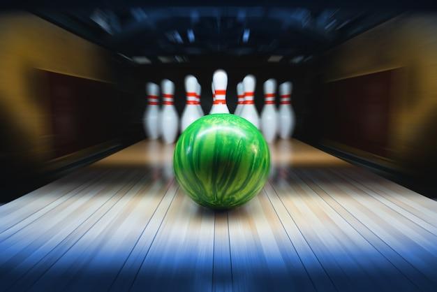 Sala da bowling. palla e birilli.