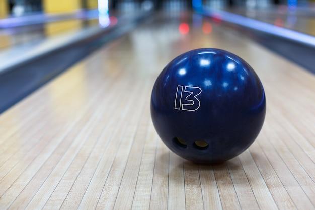 Ciotola di bowling sul pavimento