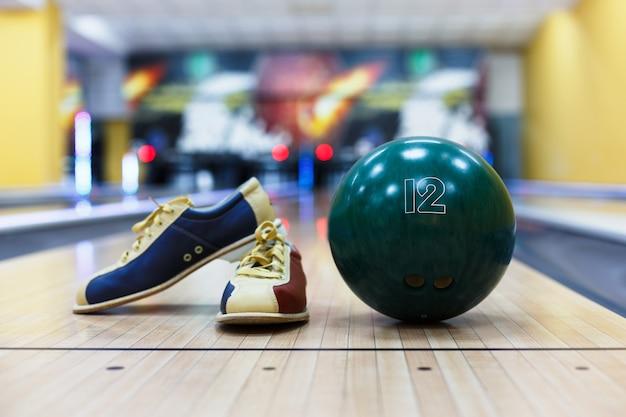 Scarpe da bowling e palla sul pavimento