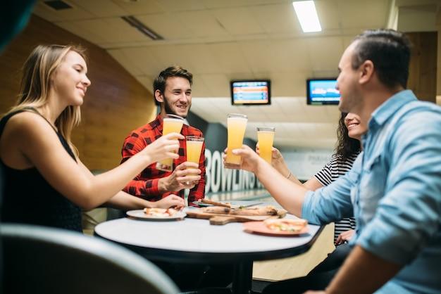 La squadra di bowling celebra la vittoria nella competizione