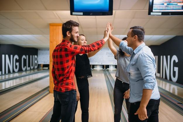 La squadra di bowling ha unito le mani prima della competizione