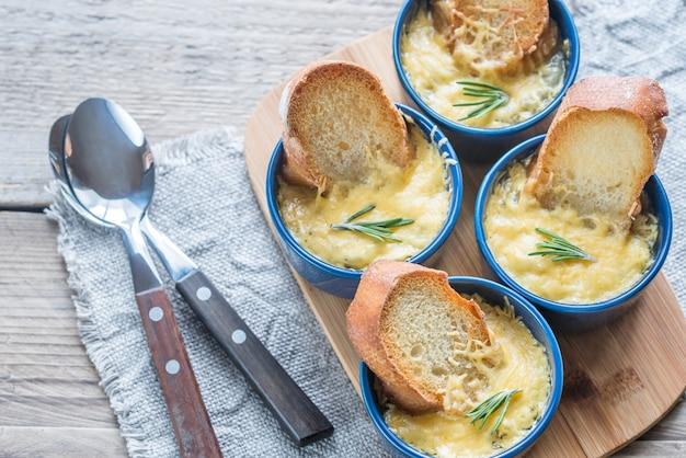 Ciotole di zuppa di cipolle sul bordo di legno
