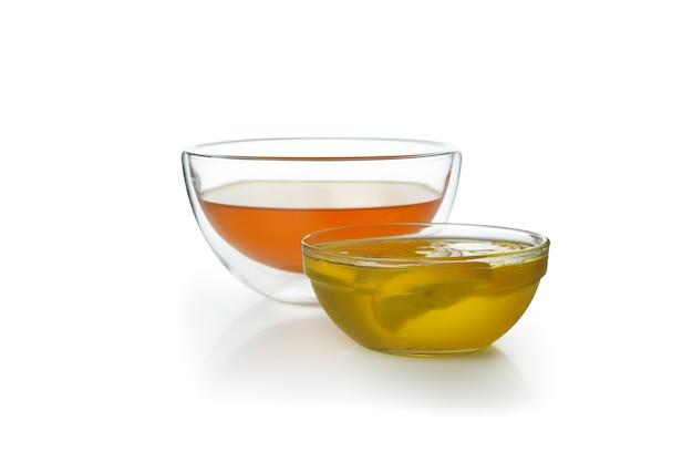 Ciotole di gelatina di arancia e limone isolati su sfondo bianco