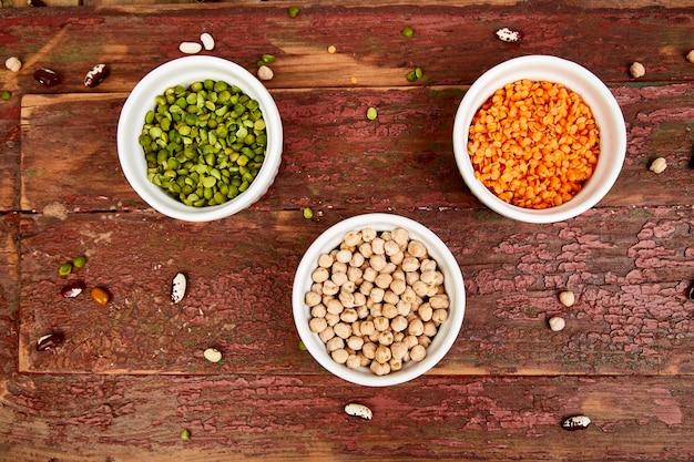 Ciotole di vari insieme di raccolta di fagioli e legumi.