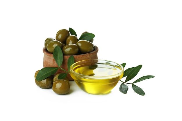 Ciotole con olio d'oliva e olive isolate su superficie bianca