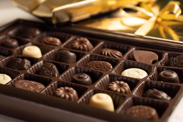 Scatola di cioccolatini assortiti. messa a fuoco selettiva.