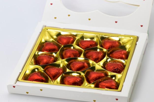 Una scatola di cioccolatini a forma di primo piano di cuori