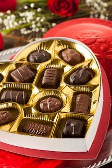 Scatola di cioccolatini con fiore rosso
