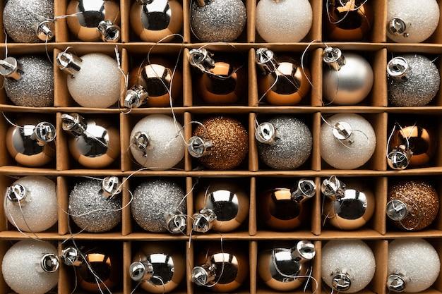 Una scatola di palle di natale su un albero di natale da vicino