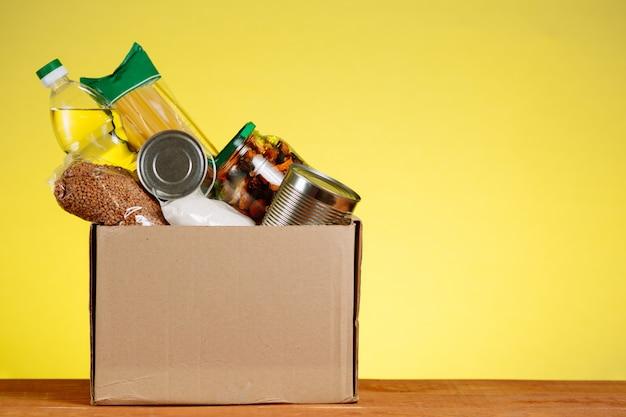 Una scatola di cibo sul tavolo. assistenza umanitaria a persone in situazioni difficili.