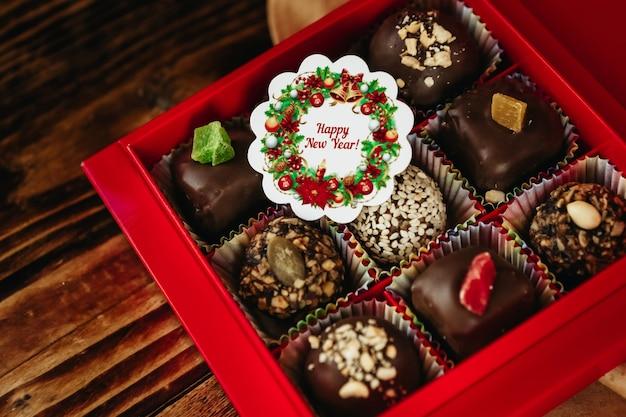 Una scatola di cioccolatini fatti in casa per natale
