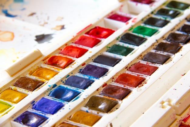 Scatola di acquerelli usati. arte.