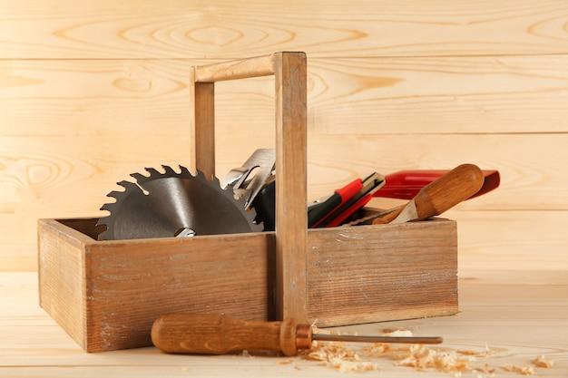 Scatola con attrezzi da falegname su legno