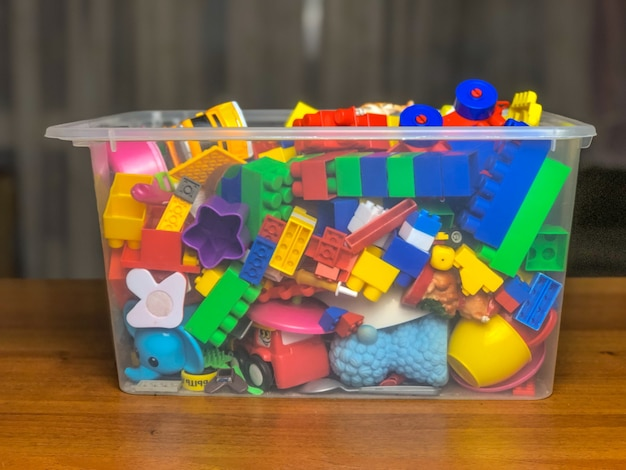 Scatola con giocattoli per bambini sul tavolo durante i giochi.