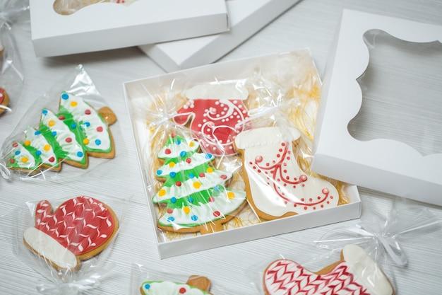 Scatola con pan di zenzero natalizio