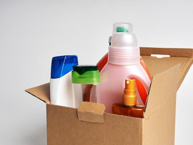Scatola con prodotti per la pulizia della casa, il concetto di igiene della casa