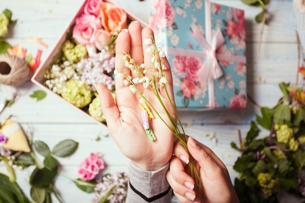 Scatola con fiori e amaretti
