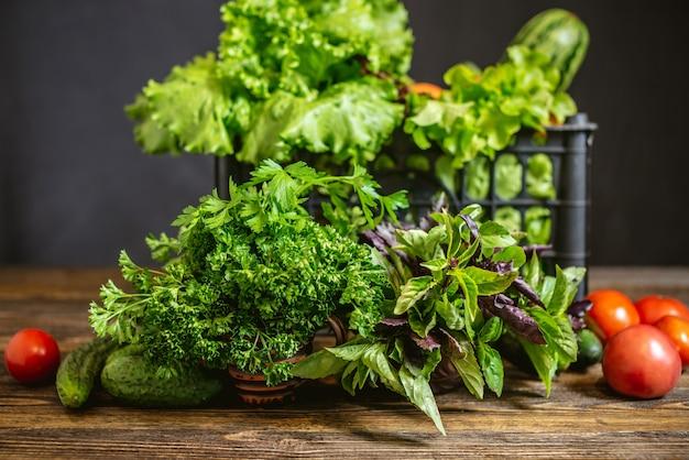 Scatola con verdure fresche e insalata verde