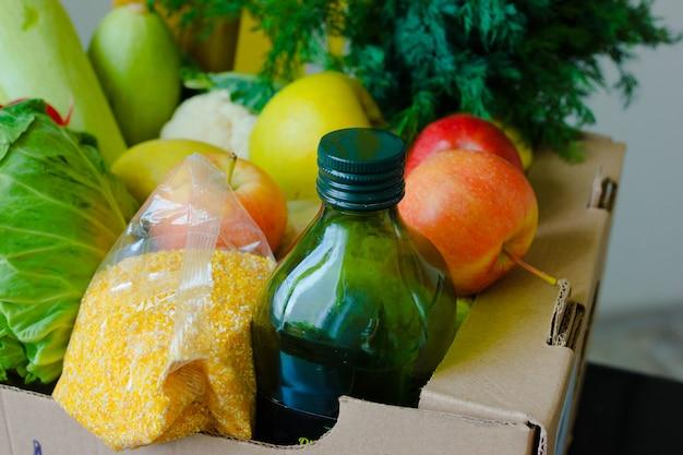 Scatola con frutta e verdura