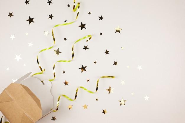 Scatola con doni, sfondo di decorazioni natalizie lucide