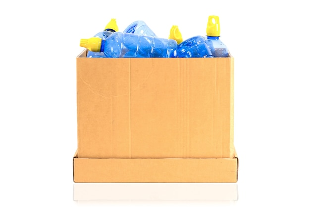 Una scatola con una bottiglia di plastica da riciclare su uno sfondo bianco